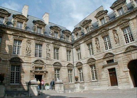Hotel De Sully